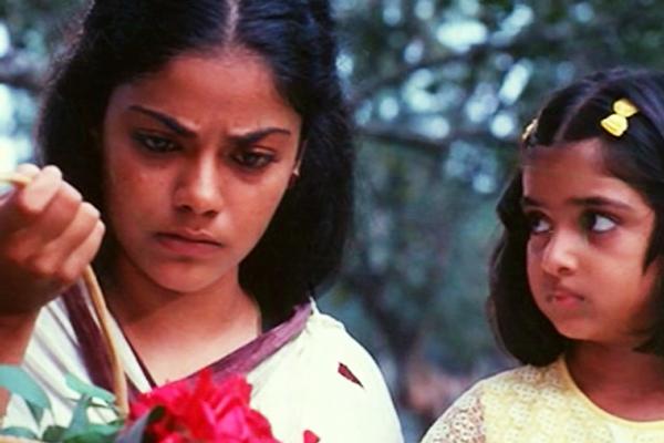 Asha Jayram and Geethu Mohandas in Onnu Muthal Poojyam Varey (1986)
