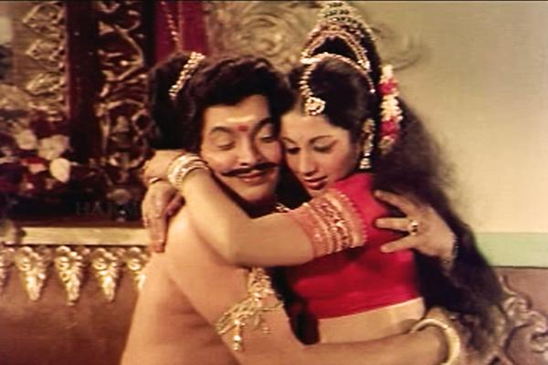 KP Ummer and Srividya in Thumbolarcha