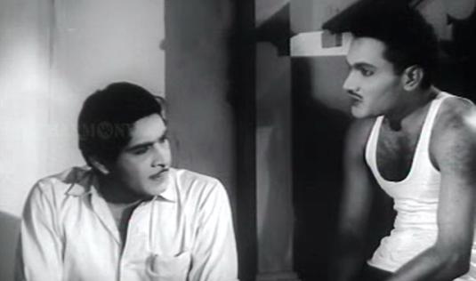 Bhargavinilayam (1964) - Madhu listens to the tragic story of the haunted mansion