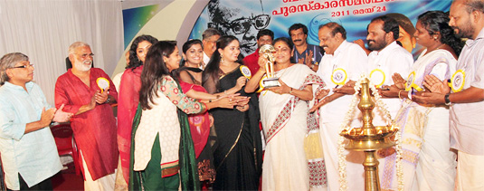 KPAC Lalitha being awarded the Bahadoor Award 2011