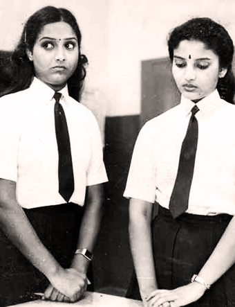 Shari and Karthika in Deshadanakkili Karayaarilla (1986)