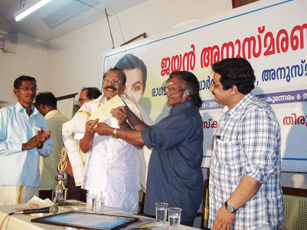 Sreekumaran Thampi hands over the award cheque to GK Pillai from Ragamalika -JAYAN Award 2011
