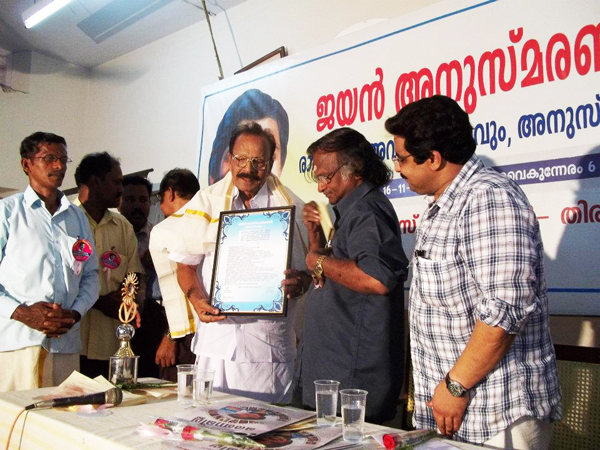 Sreekumaran Thampi hands over the citation to GK Pillai at the Ragamalika -JAYAN Award 2011