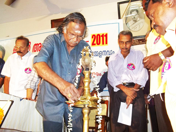 Sreekumaran Thampi lights the ceremonial lamp at the Ragamalika -JAYAN Award 2011