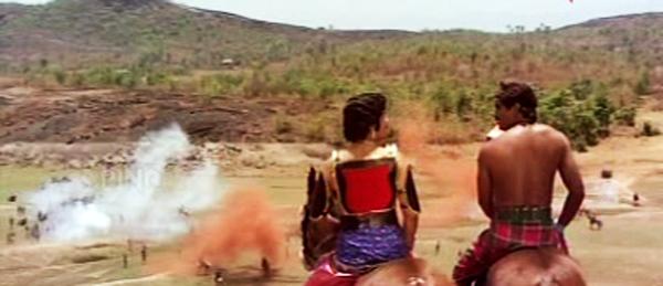Padayottam - Udayan and Moidootty surveys the battle