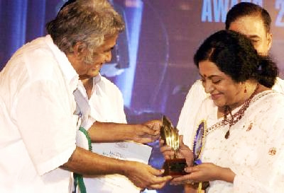 Srividya receiving the Best Actress Award for TV for 2004